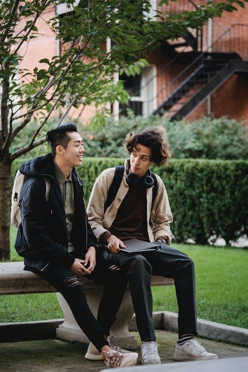 男人和女人坐在棕色的木凳上