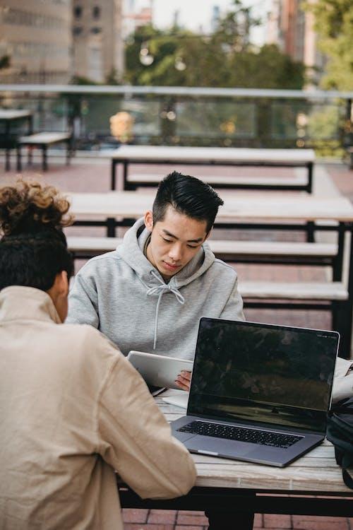 Mann Im Grauen Hoodie Unter Verwendung Des Schwarzen Laptop Computers