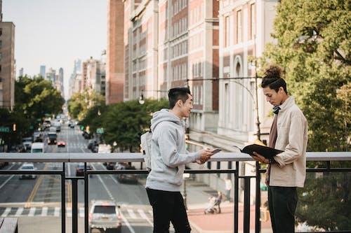 Ilmainen kuvapankkikuva tunnisteilla aasialainen mies, ajoneuvo, älypuhelin, apu
