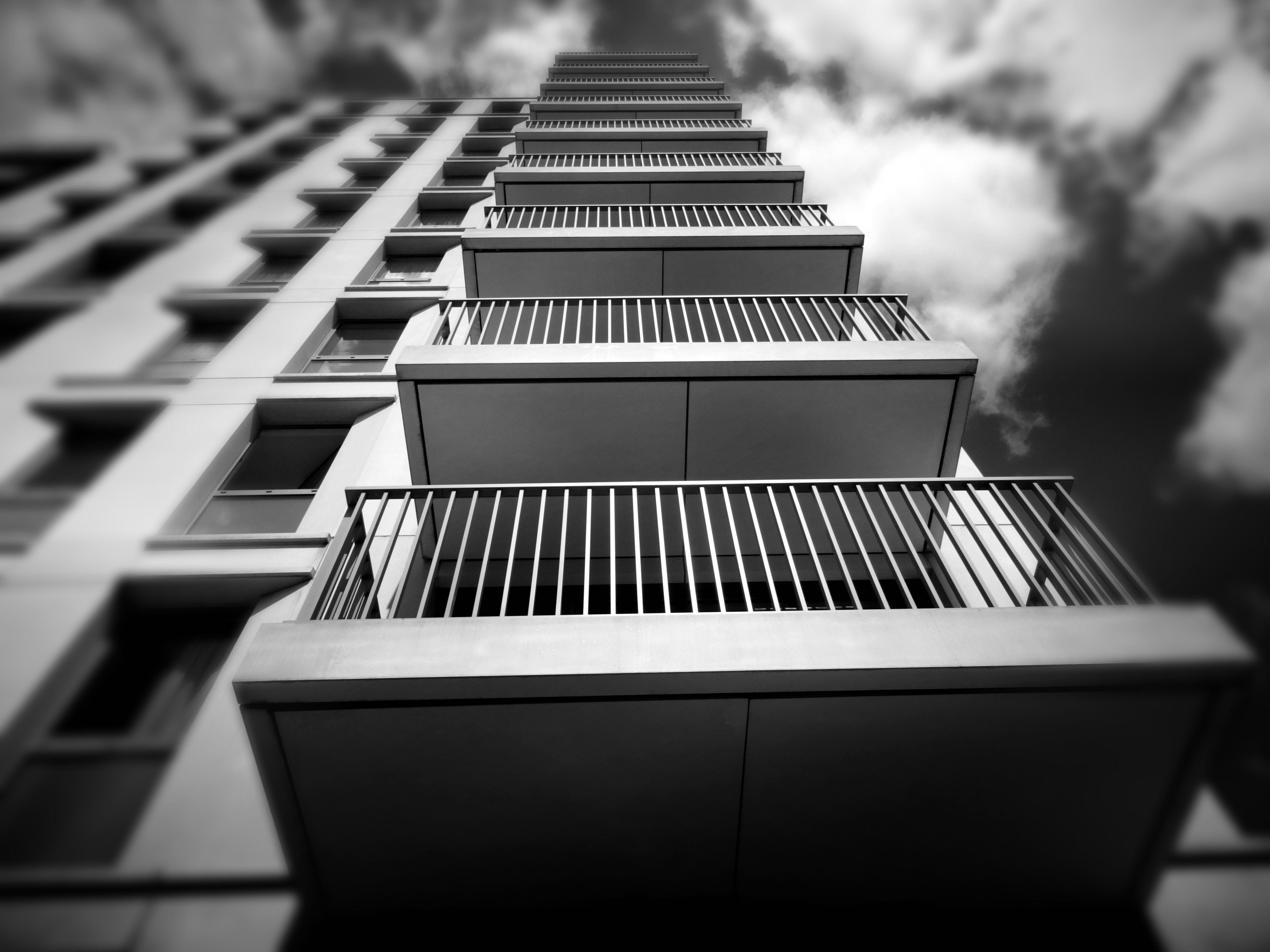 Kostenloses Stock Foto zu architektur, architekturdesign, aufnahme von unten, balkon
