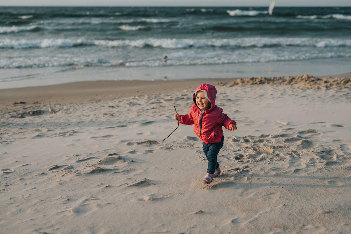 有趣的小女孩,在沙灘上玩