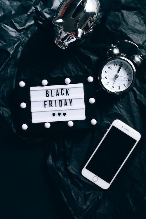 Signe Du Vendredi Noir, Horloge, Smartphone Et Tirelire