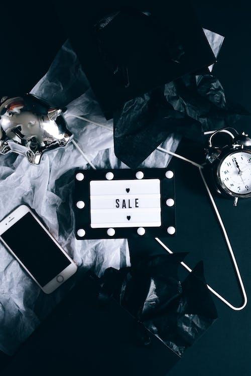 セールサインと黒のショッピングバッグ