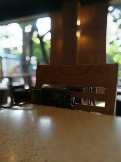 Foto stok gratis bangku, latar belakang blur, meja kopi, saat kebosanan menyerang