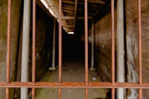 Foto profissional grátis de abandonado, aço, arquitetura, cadeia