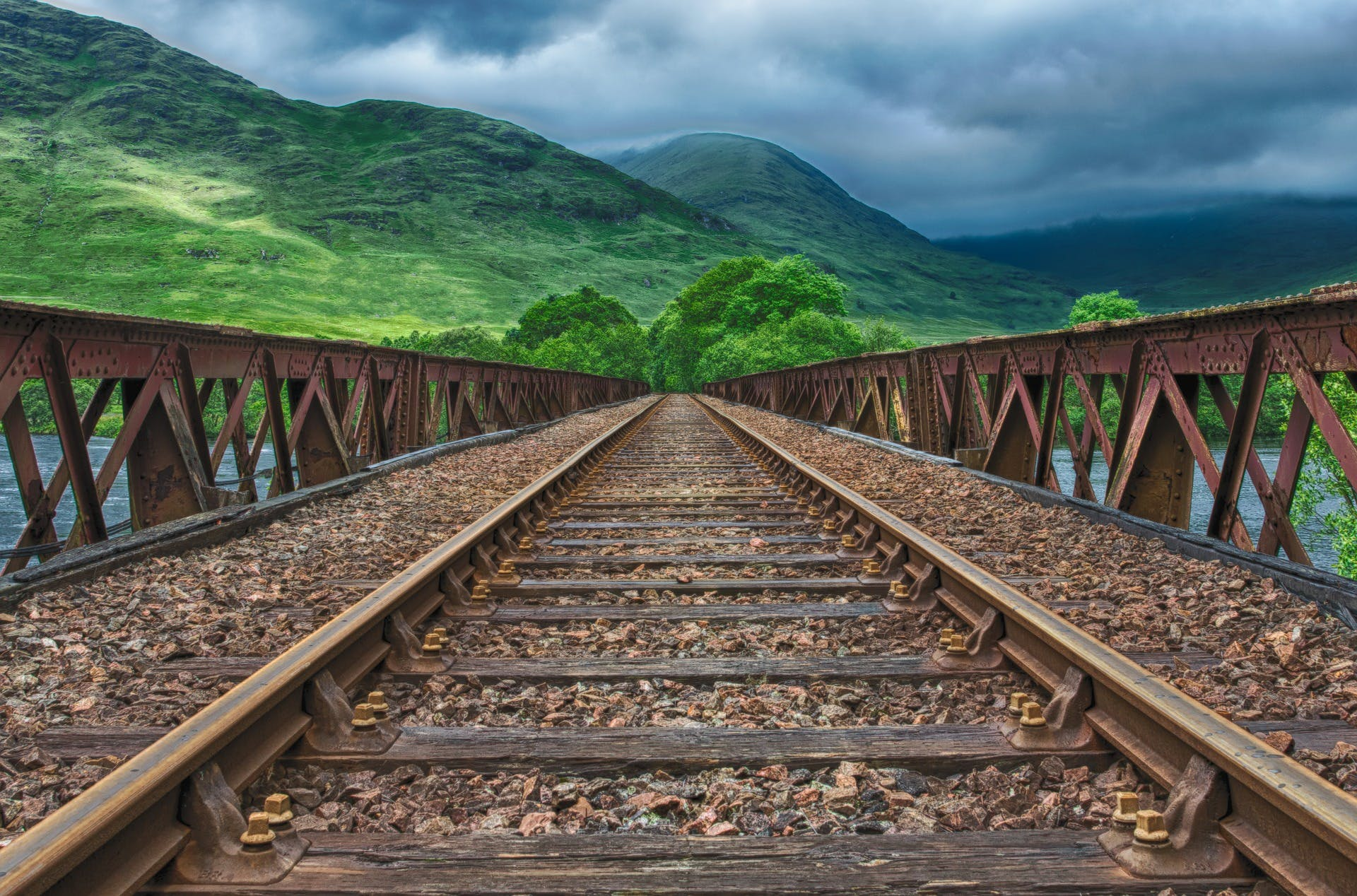 Kostenloses Stock Foto zu bahngleis, bäume, berge, bewölkt