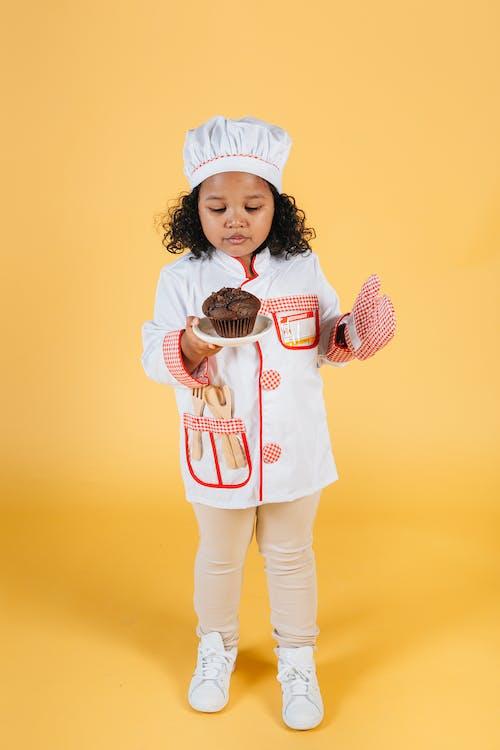 Gratis stockfoto met afro-amerikaanse meid, bakken, bakkerij