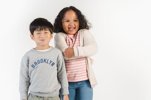 Kostenloses Stock Foto zu afroamerikanisches mädchen, asiatischer junge, aufgeregt, aufrichtig