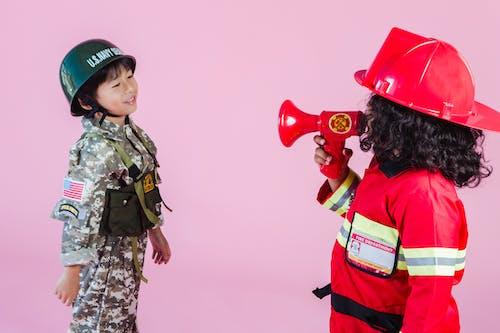 Mujer En Uniforme De Camuflaje Verde Y Marrón Con Globo De Corazón Rojo