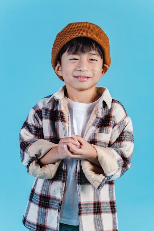 Niño Con Sombrero Marrón Fedora Y Camisa A Cuadros Con Botones
