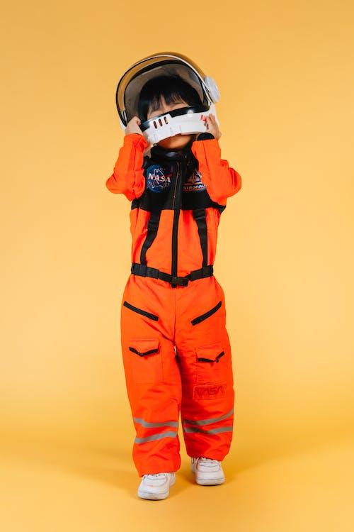 мужчина в оранжево черном костюме в шлеме