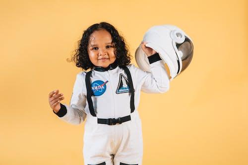 Fille En Veste Zippée Blanche Et Bleue Et Pantalon Blanc