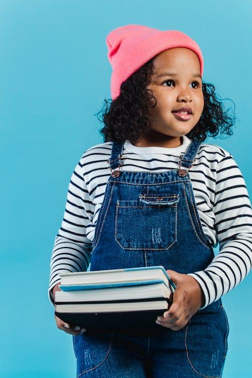 Meisje In Wit En Zwart Gestreept Shirt Met Lange Mouwen Met Blauw Boek