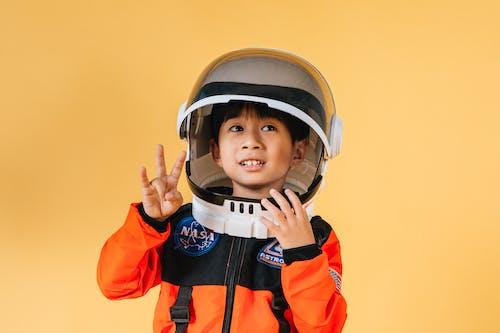 宇宙飛行士の衣装を着た小さな子供