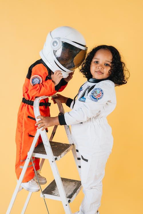 2 Enfants Portant Un Casque Blanc Et Orange