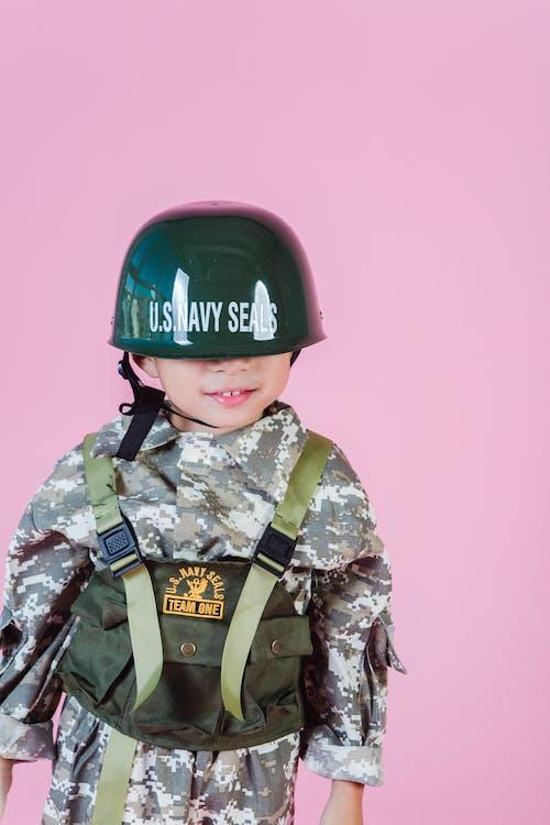 Man In Groen En Bruin Camouflage Uniform Dragen Helm