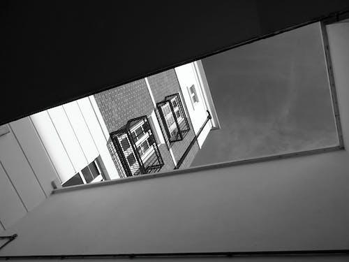 Kostenloses Stock Foto zu aufnahme von unten, balkone, einfarbig, fassade