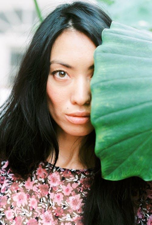 açık hava, Asyalı kadın, Bahçe, dış mekan içeren Ücretsiz stok fotoğraf
