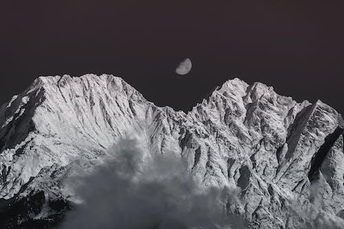 Серая гора под полной луной