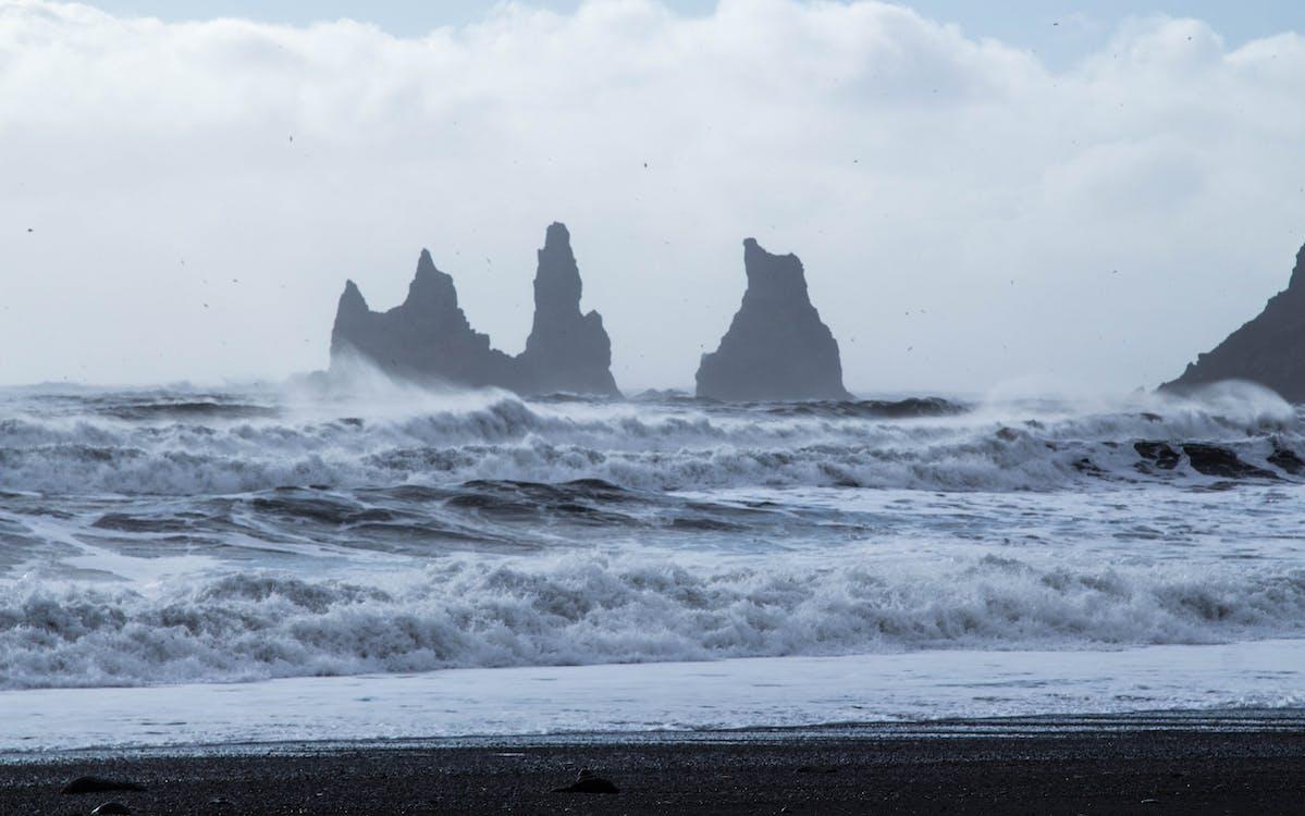 bewolkt, bij de oceaan, golven