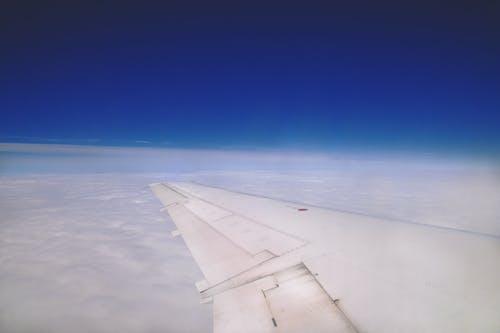 Immagine gratuita di ala di aereo, ala di velivolo, cielo azzurro
