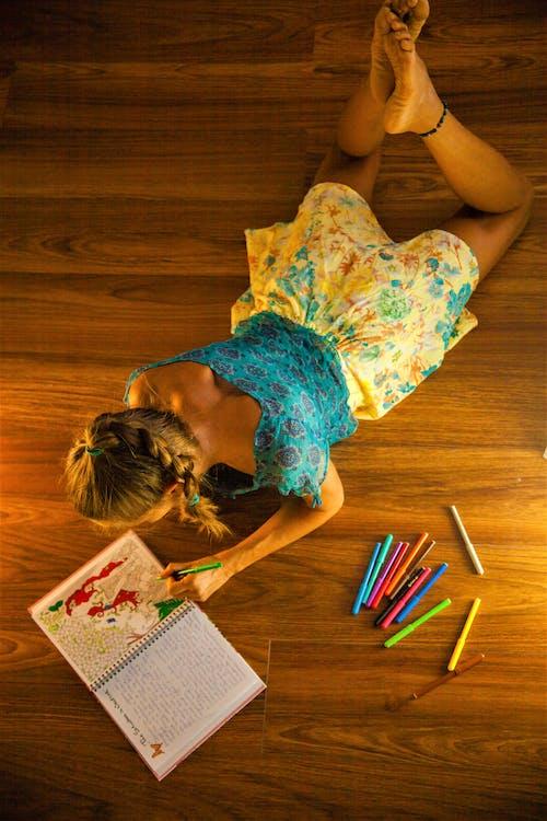 Fotobanka sbezplatnými fotkami na tému farebné ceruzky, farebné pastelky, klamanie