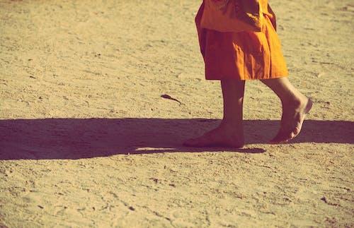 Безкоштовне стокове фото на тему «апельсин, босоніж, Буддизм, монах»