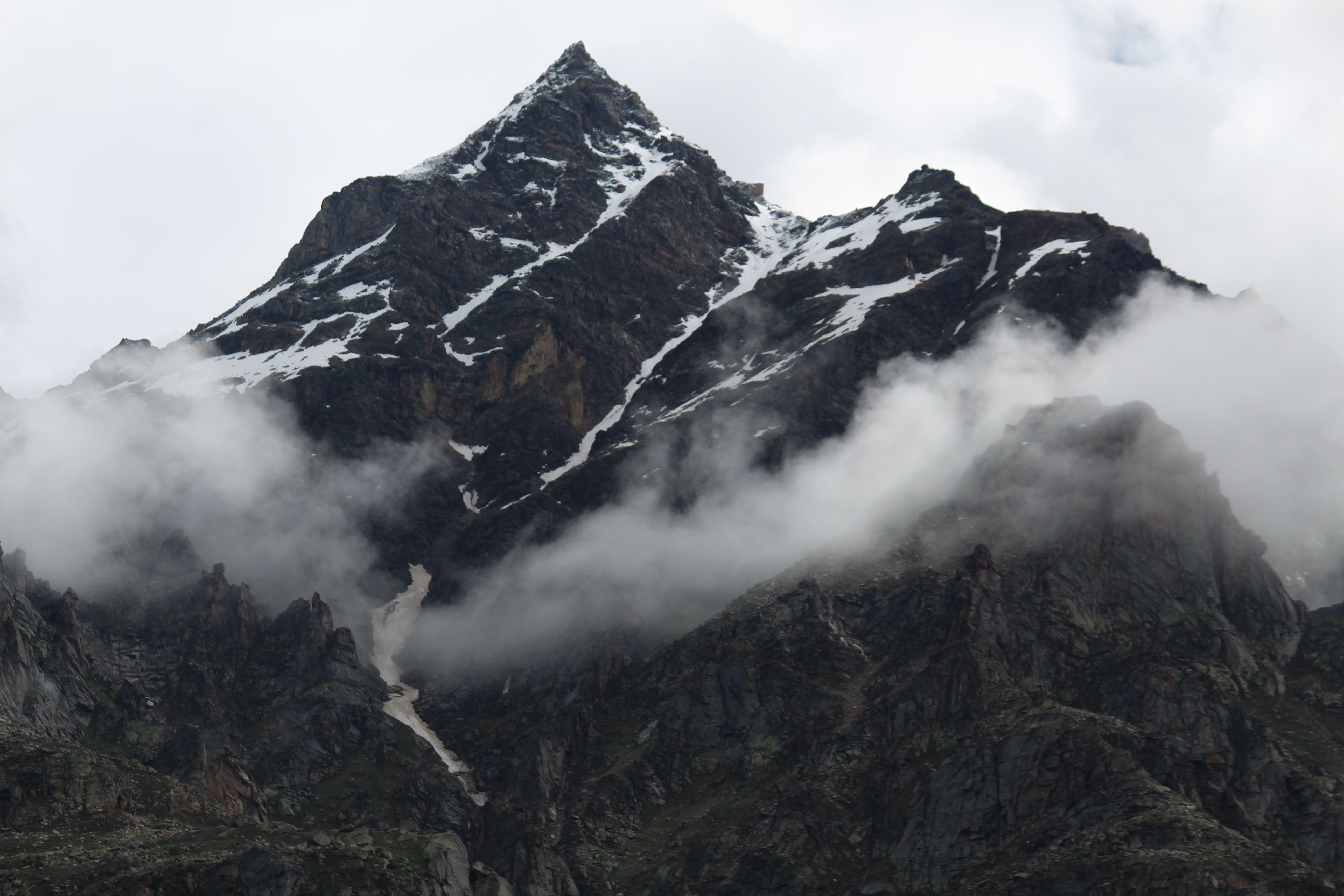 sisli dağlar içeren Ücretsiz stok fotoğraf