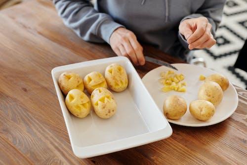 雕刻土豆的人