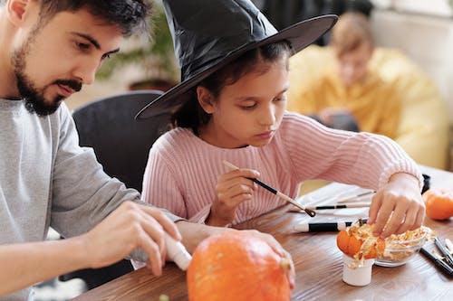 Vader En Dochter Pompoenen Voor Halloween Versieren