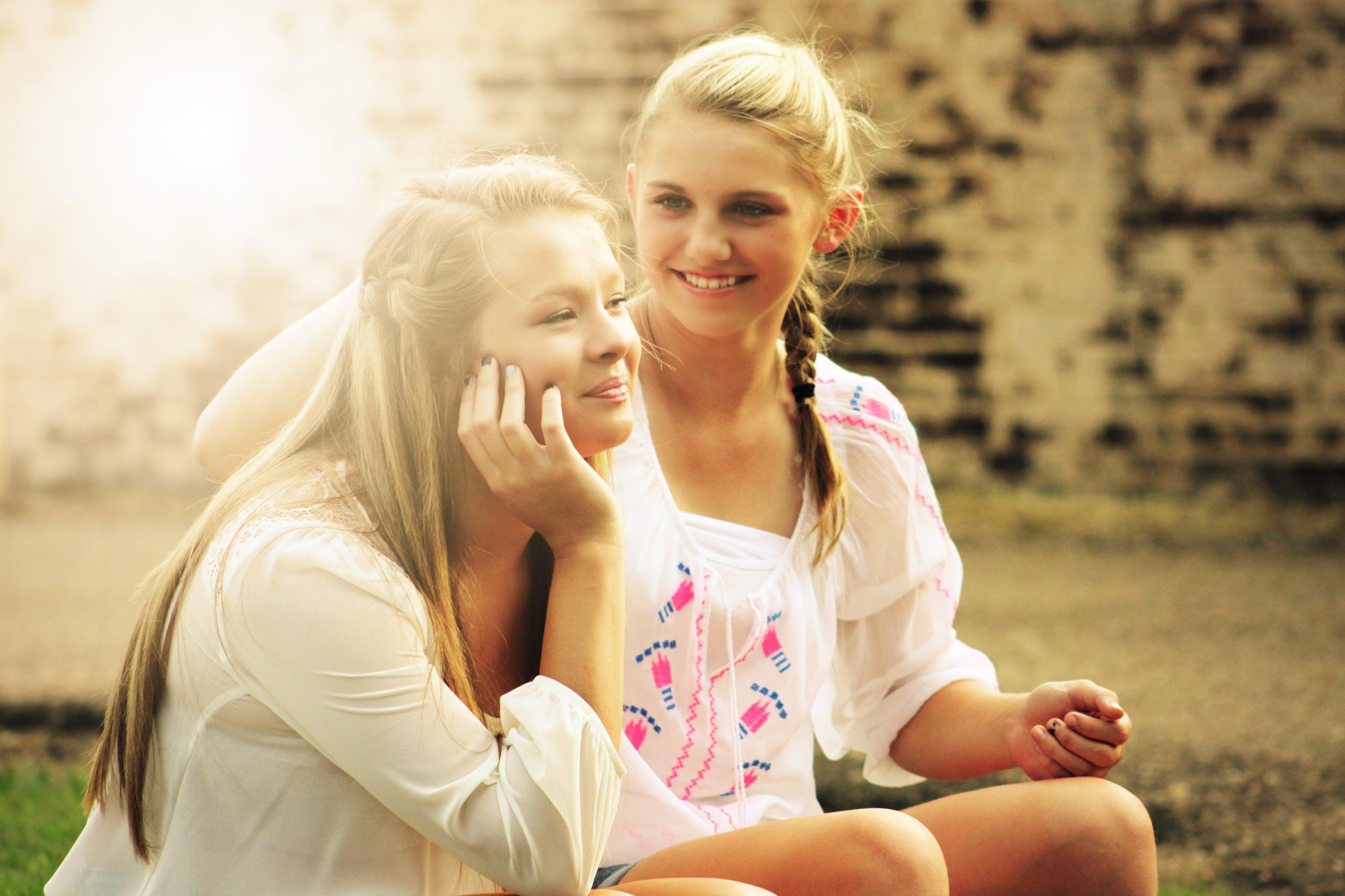 Kostenloses Stock Foto zu menschen, freunde, frauen, sitzen
