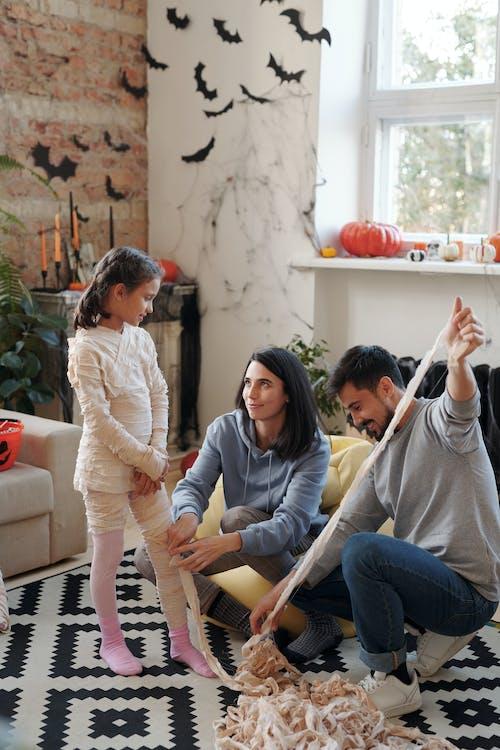 Anne Babalar çocuklarına Mumya Kostümü Giydirmelerine Yardımcı Oluyor