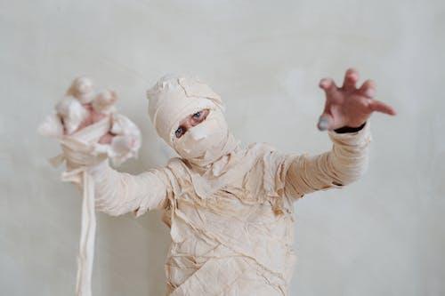 Een Kind In Een Mummie Halloween Kostuum