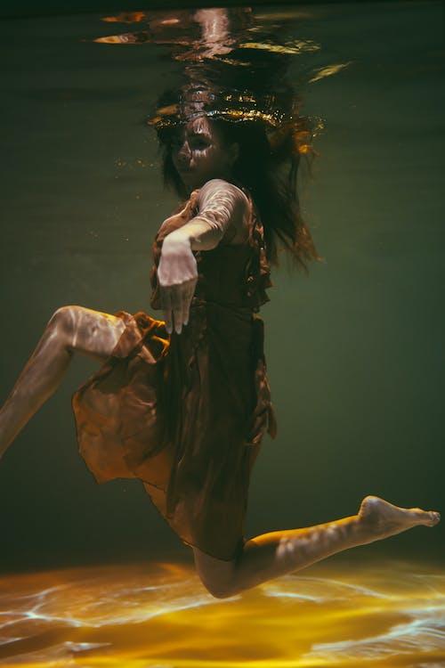 Foto profissional grátis de embaixo da água, mulher, pose