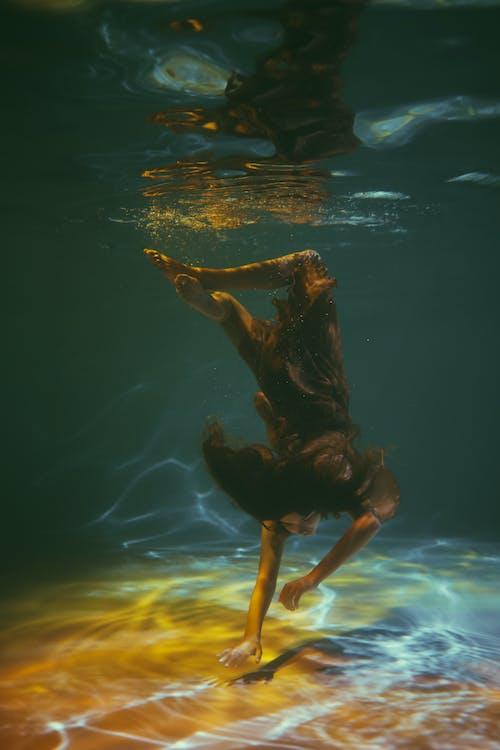 Foto profissional grátis de embaixo da água, mergulho, mulher