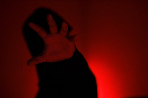 Fotos de stock gratuitas de de miedo, mano, oscuro, rojo