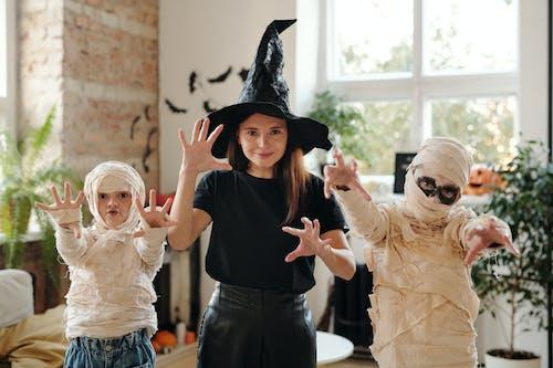 Una Familia Con Disfraces De Halloween