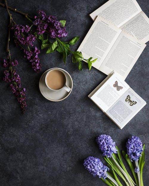 Tasse De Café Près De Fleurs Et Livre