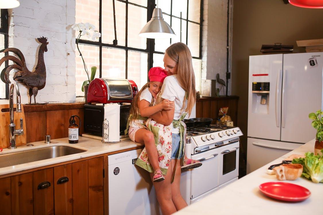 Ingyenes stockfotó a főzés szórakoztató, a gyerekek főzhetnek, a konyhában témában
