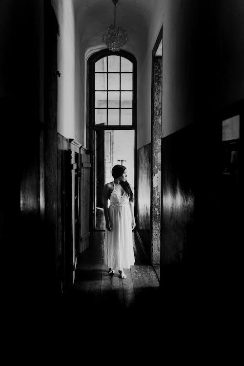 Femme Sereine Debout Dans Un Ancien Couloir De Bâtiment étroit