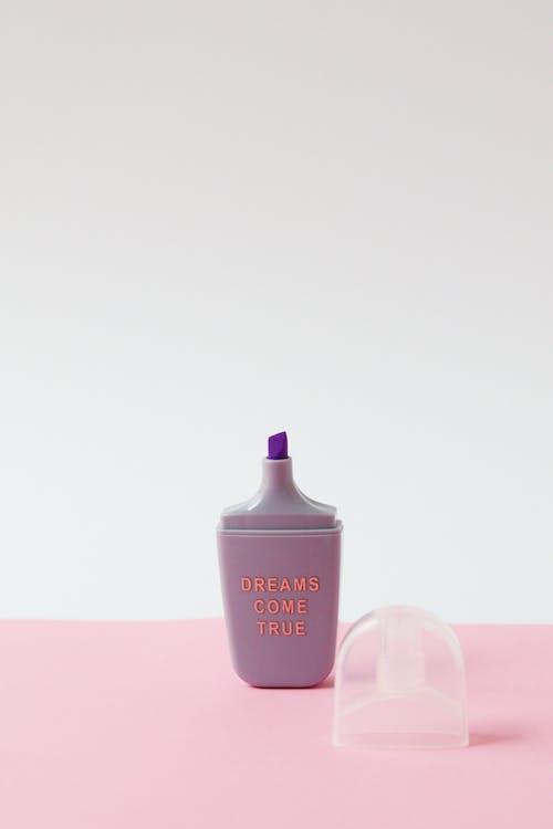 ピンクと白の香水瓶