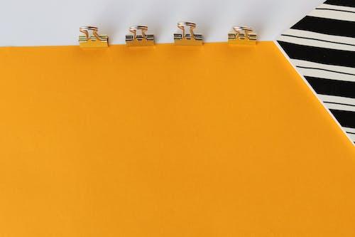 Khối Lego Màu Bạc Và Trắng Trên Bảng Màu Vàng