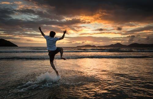 Бесплатное стоковое фото с вечер, вода, закат, йога
