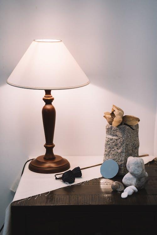 Braune Und Weiße Tischlampe Auf Braunem Holztisch