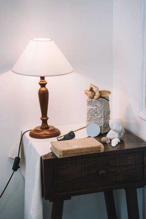 Braune Und Weiße Tischlampe Auf Brauner Holzschublade