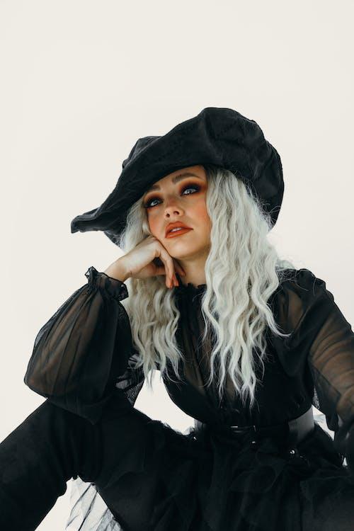 Retrato De Uma Mulher Vestida De Bruxa Negra