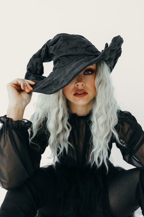 Mulher Em Fantasia De Bruxa Negra
