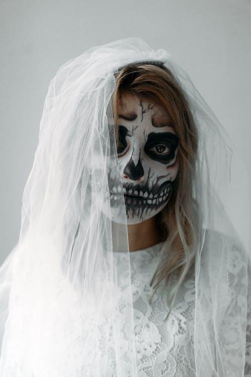 Portrait D'une Femme Avec Une Peinture Faciale Effrayante