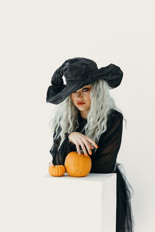 黒魔女の衣装を着た女性
