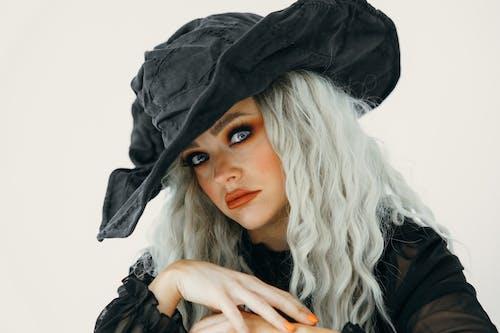 Retrato De Uma Linda Mulher Usando Um Chapéu De Bruxa